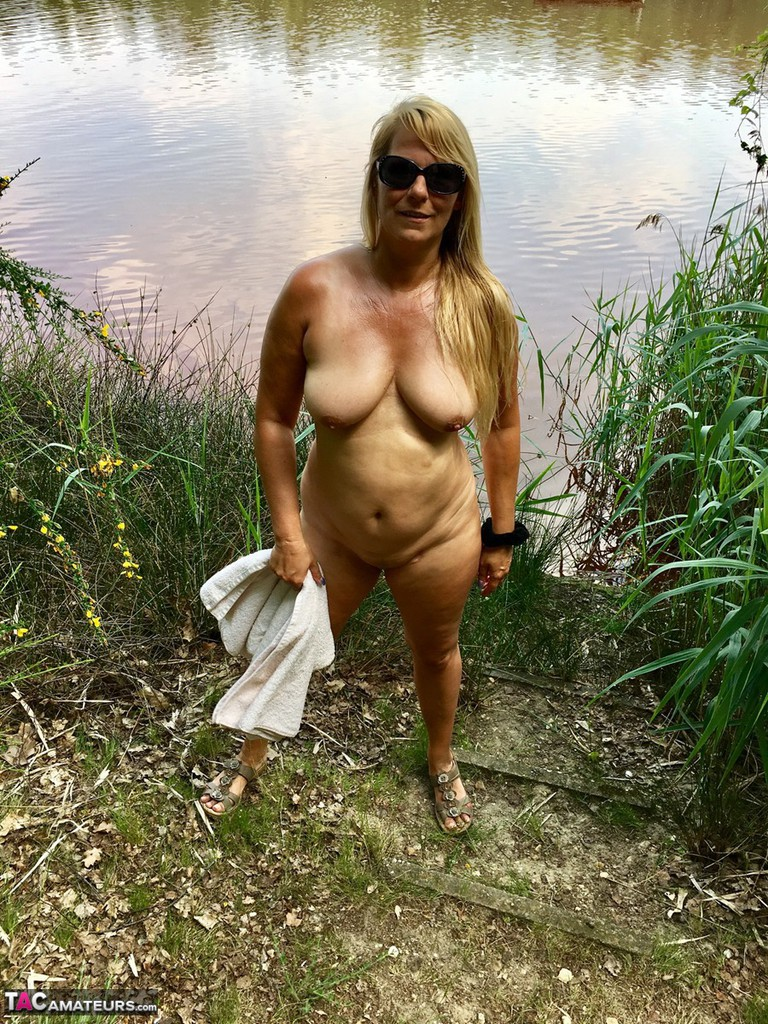 Hot milf exhibitionist at the park