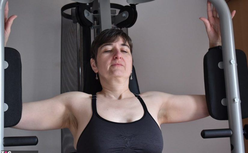Exhibitionist Milf exercising in the gym topless